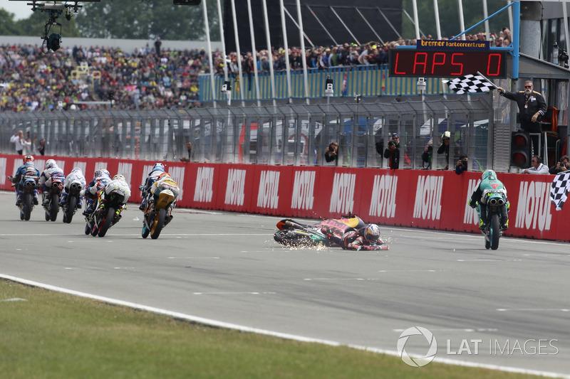 Bo Bendsneyder, Red Bull KTM Ajo crashes over chequered flag
