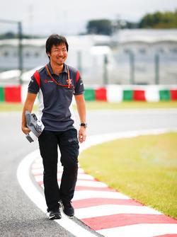 Ayao Komatsu, ingénieur de course en chef, Haas F1 Team, lors de la reconnaissance de piste