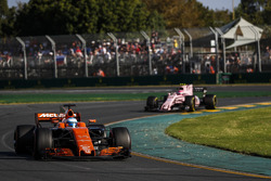 Fernando Alonso, McLaren MCL32 y Esteban Ocon, Force India VJM10