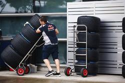 Teammitglied von Toro Rosso mit Pirelli-Reifen