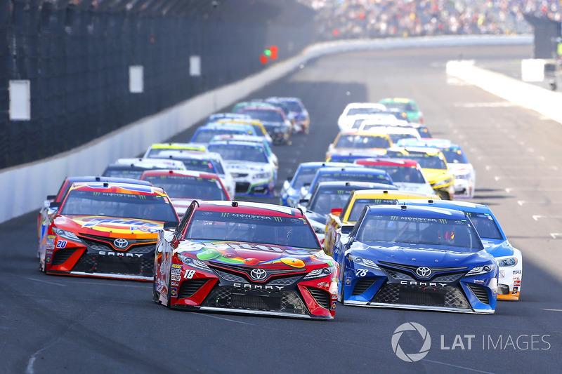 Kyle Busch, Joe Gibbs Racing Toyota, Martin Truex Jr., Furniture Row Racing Toyota, Matt Kenseth, Jo