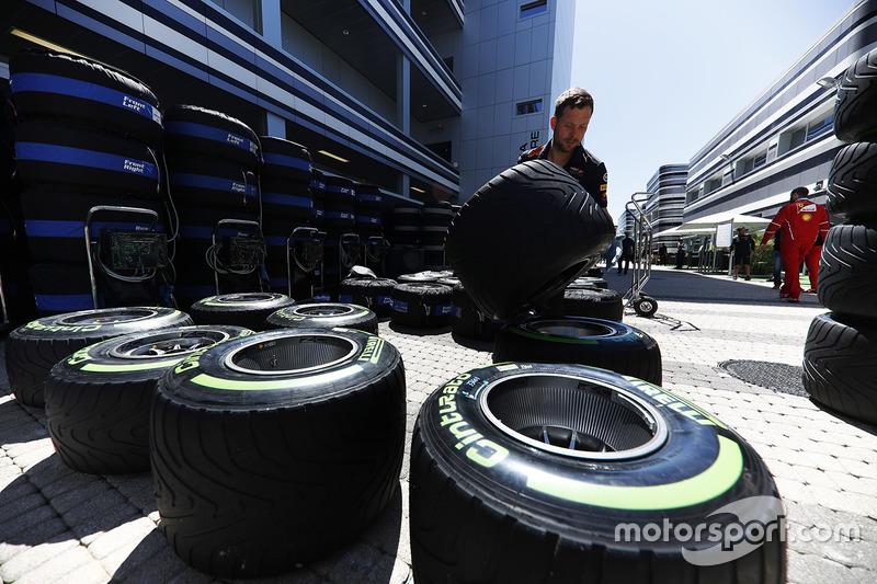 Механік команди Red Bull працює з шинами Pirelli у паддоку