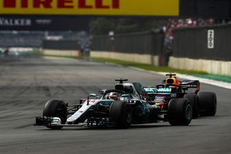 Льюис Хэмилтон, Mercedes AMG F1 W09, и Даниэль Риккардо, Red Bull Racing RB14