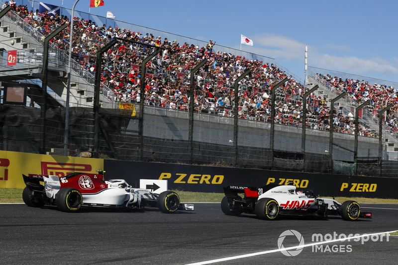 Kevin Magnussen, Haas F1 Team VF-18, precede Charles Leclerc, Sauber C37