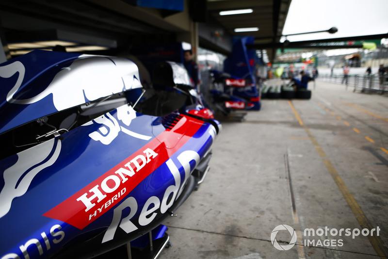 Des capots moteur de Toro Rosso dans la voie des stands