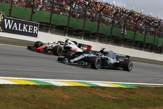 Valtteri Bottas, Mercedes-AMG F1 W09 and Kevin Magnussen, Haas F1 Team VF-18 battle