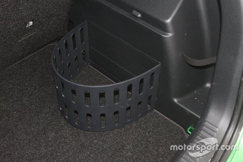 Зручні у встановлені органайзери у вантажному відсіку входят в пакет Simply Clever (2400 грн), який враховує двосторонній килимок та тримач мобільного в салоні. А для універсалу, ще й сітки та з'ємний LED ліхтарик у багажник.