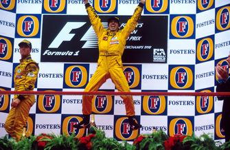 Ganador Damon Hill, Jordan 198 en el podio con su compañero Ralf Schumacher, Jordan 198