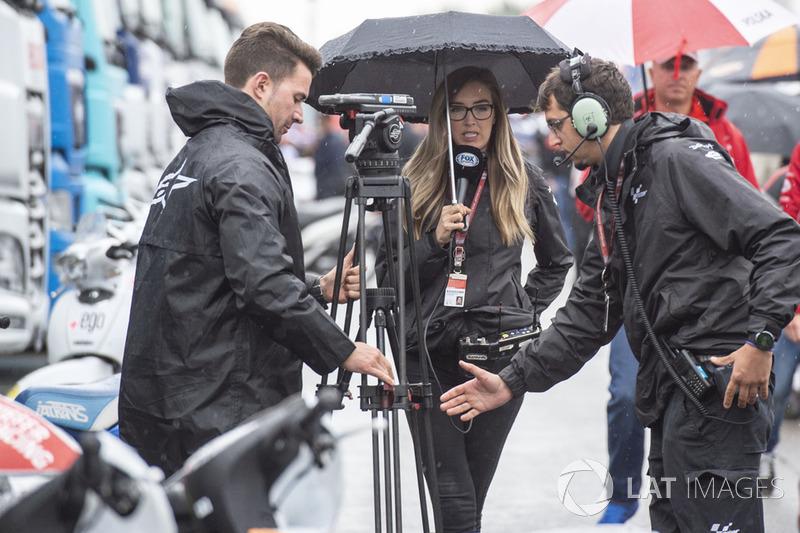 Equipos de TV bajo la lluvia