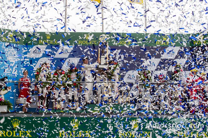 LMP1 podio: clase y los ganadores de la general#2 Porsche Team Porsche 919 Hybrid: Romain Dumas, Nee