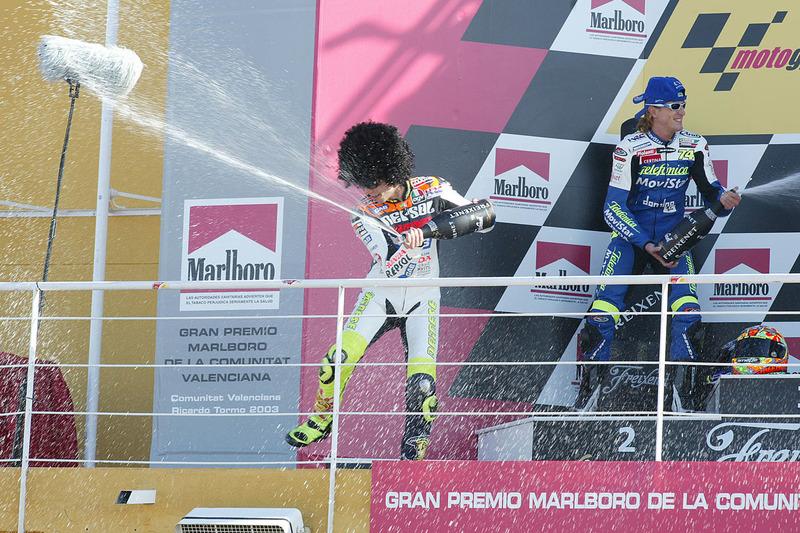 Podio: 1º Valentino Rossi, 2º Sete Gibernau, 3º Loris Capirossi