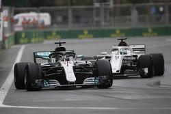 Lewis Hamilton, Mercedes AMG F1 W09, Marcus Ericsson, Sauber C37 Ferrari