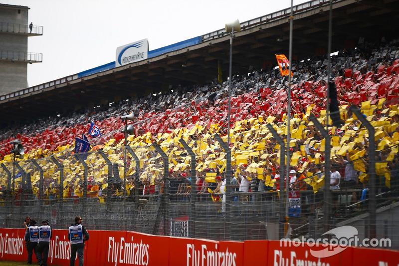 I tifosi in tribuna compongono la bandiera nazionale tedesca