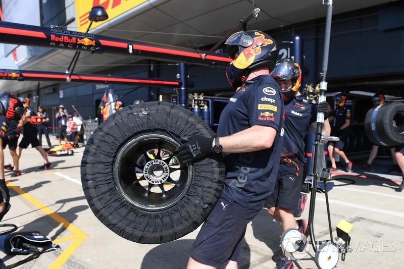 Un meccanico della Red Bull Racing con degli pneumatici Pirelli