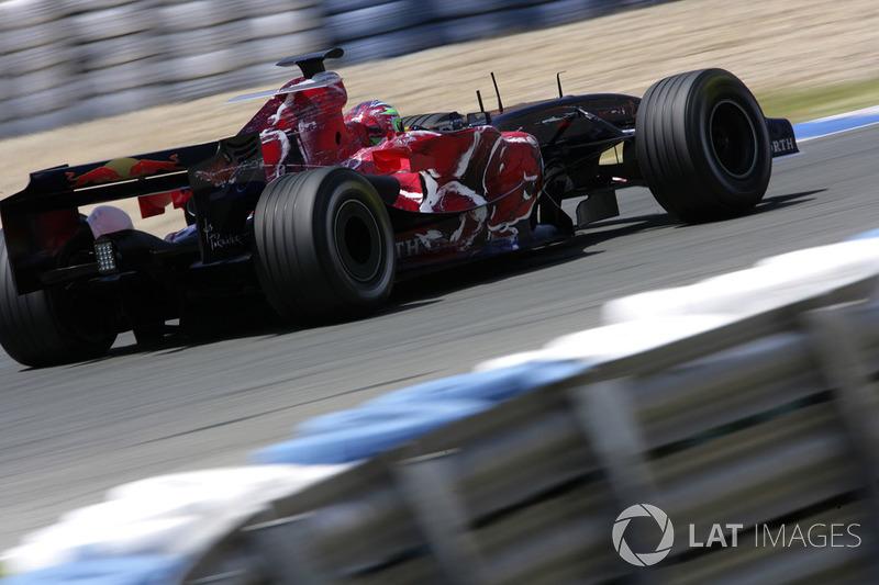 """9. <img src=""""https://cdn-8.motorsport.com/static/img/cfp/0/0/0/100/108/s3/italy-2.jpg"""" alt="""""""" width=""""20"""" height=""""12"""" />Vitantonio Liuzzi, 80 Granded Premios (2005-2007, 2009-2011), el mejor resultado es el 6° lugar en (Corea 2010)."""