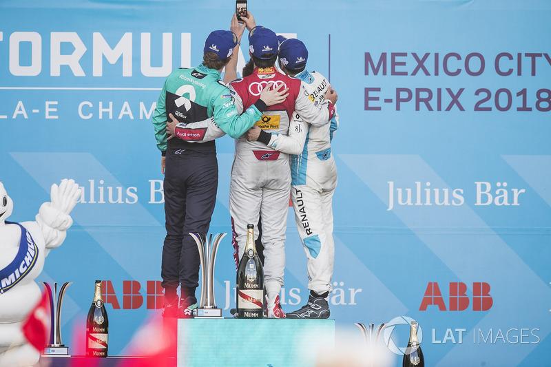 Daniel Abt, Audi Sport ABT Schaeffler, celebra en el podio después de ganar la carrera con Oliver Turvey, NIO Formula E Team, Sébastien Buemi, Renault e.Dams