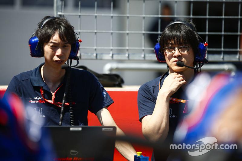 Des ingénieurs Toro Rosso Honda sur la grille