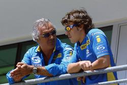 Flavio Briatore discute avec Fernando Alonso, Renault Sport F1 Team R25