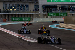 Lewis Hamilton, Mercedes F1 W07 Hybrid, voor Nico Rosberg, Mercedes F1 W07 Hybrid, en Max Verstappen, Red Bull Racing RB12