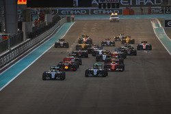 Lewis Hamilton, Mercedes F1 W07 Hybrid, leads Nico Rosberg, Mercedes F1 W07 Hybrid, Kimi Raikkonen, Ferrari SF16-H, Daniel Ricciardo, Red Bull Racing RB12, y el resto de la parrilla en la salida