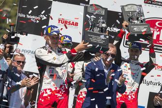 Podium: Winnaars Ott Tänak, Martin Järveoja, Toyota Gazoo Racing WRT Toyota Yaris WRC