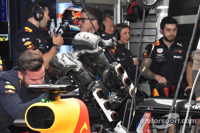 Mekanik Red Bull Racing bekerja di garasi
