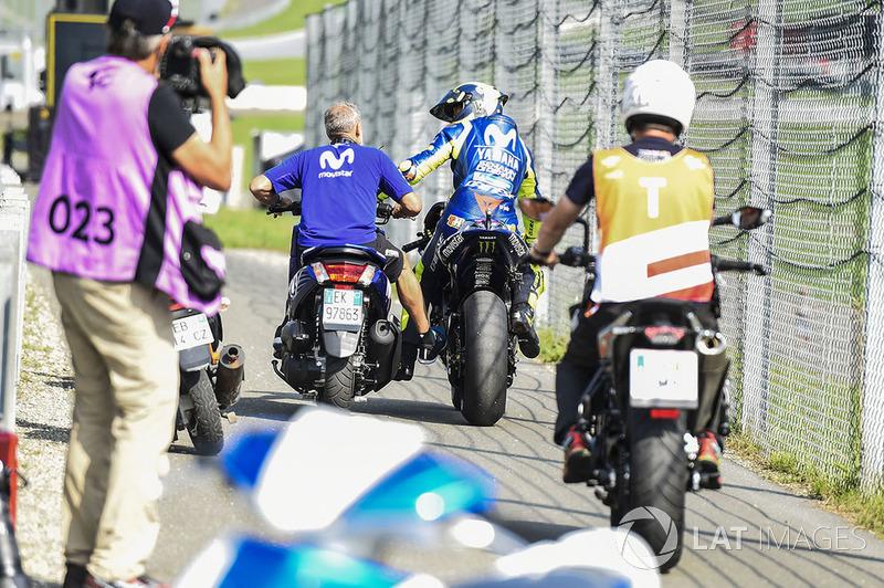 Валентино Россі, Yamaha Factory Racing, повертається у бокси після відмови мотоцикла