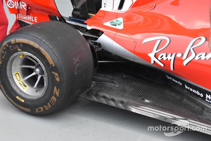 O assoalho de especificação anterior da Ferrari, como comparação, que apresenta um slot mais estreito à frente do pneu traseiro