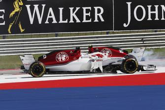 Marcus Ericsson, Sauber C37 and Charles Leclerc, Sauber C37 crash on lap 1