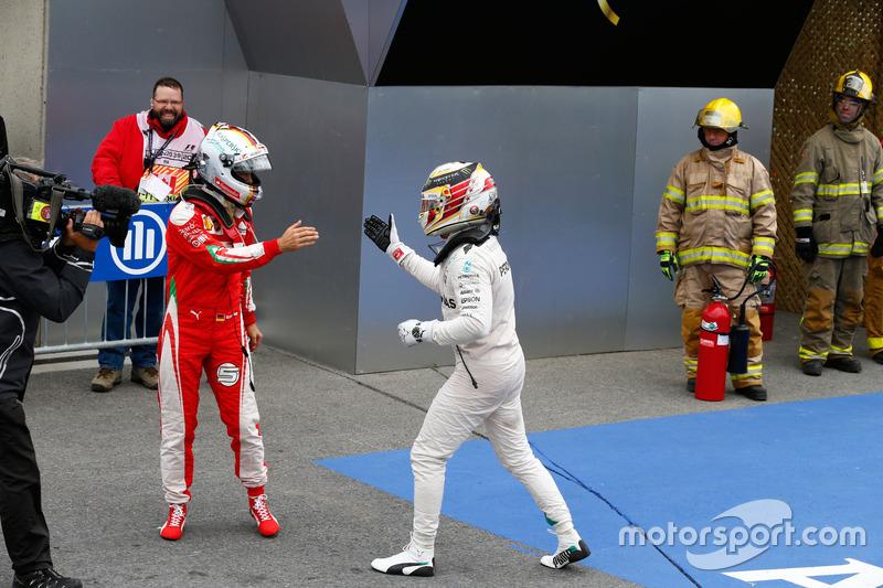 Lewis Hamilton saluda a Sebastian Vettel en Canadá