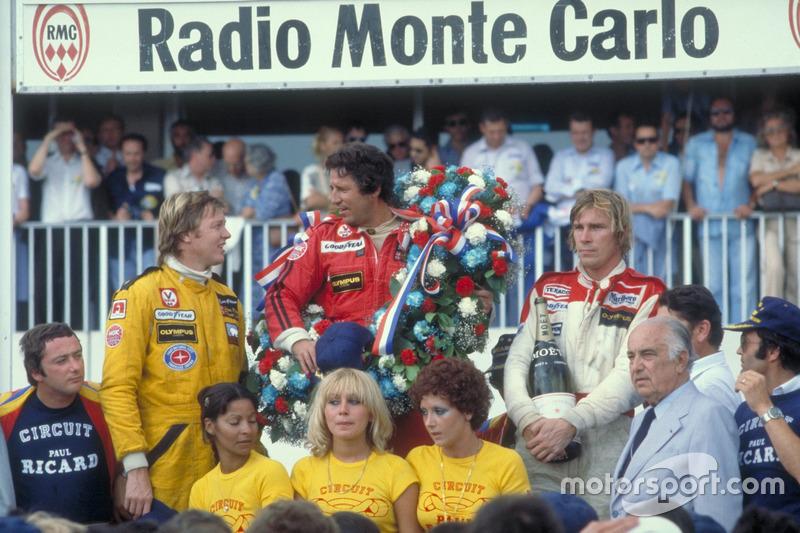 Podium : le vainqueur Mario Andretti, Team Lotus Ford, le second Ronnie Peterson, Team Lotus Ford, le troisième James Hunt, McLaren Ford