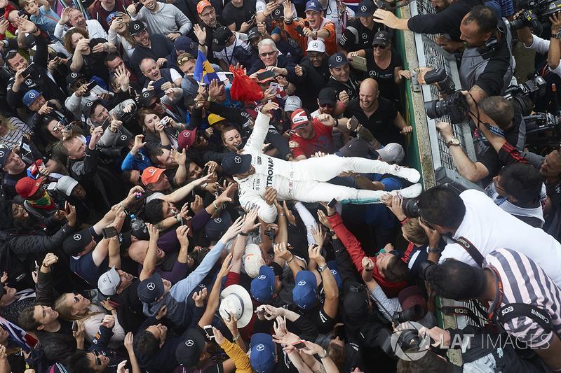 Ganador de la carrera Lewis Hamilton, Mercedes AMG F1, celebra con los aficionados después de ganar