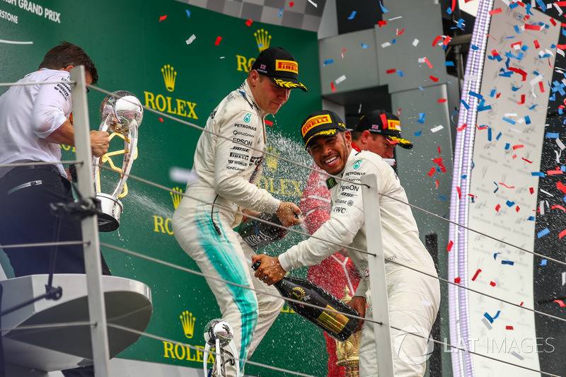 Podio: Ganador de la carrera Lewis Hamilton, Mercedes AMG F1 y Valtteri Bottas, Mercedes AMG F1 celebran