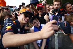 Max Verstappen, Red Bull Racing, maakt een selfie met een fan