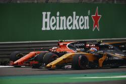 Стоффель Вандорн, McLaren MCL32, и Джолион Палмер, Renault Sport F1 RS17