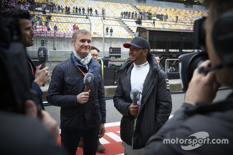 Lewis Hamilton, Mercedes AMG, beim Interview mit David Coulthard, Kommentator, Channel 4 F1