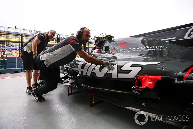 Antonio Giovinazzi, Haas F1 Team VF-17, wird in die Box geschoben