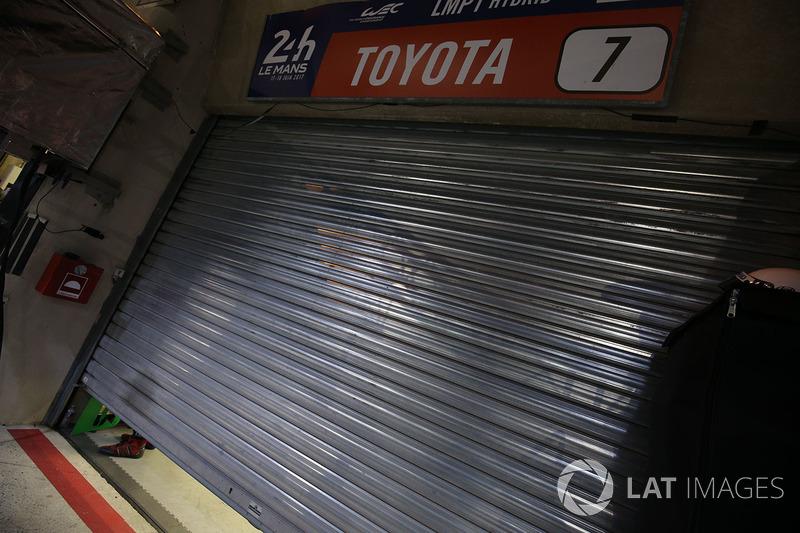 La puerta del garaje del #7 Toyota Gazoo Racing Toyota TS050 Hybrid: Mike Conway, Kamui Kobayashi, Stéphane Sarrazin después de su retiro