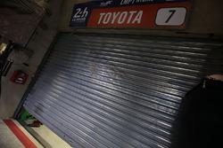 La porte du garage de la #7 Toyota Gazoo Racing Toyota TS050 Hybrid: Mike Conway, Kamui Kobayashi, Stéphane Sarrazin after retirement
