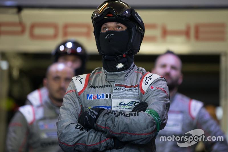 Механики Porsche Team: реакция на сход экипажа №1