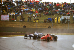 Michael Schumacher, Ferrari F310 forces Jacques Villeneuve, Williams FW18 Renault