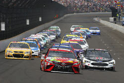 Start: Kyle Busch, Joe Gibbs Racing Toyota Kevin Harvick, Stewart-Haas Racing Ford lead