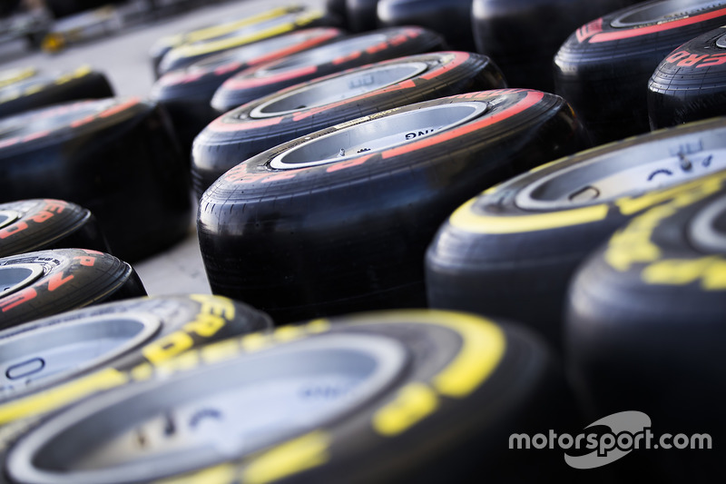 Год спустя команды работают с двумя новыми составами – более мягким HyperSoft, благодаря которому гонщики на тестах легко подбираются ко времени поула Льюиса Хэмилтона на Гран При Испании 2017 года, и SuperHard, которым скорее всего никто не воспользуется