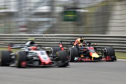Даниэль Риккардо, Red Bull Racing RB14, и Кевин Магнуссен, Haas F1 Team VF-18