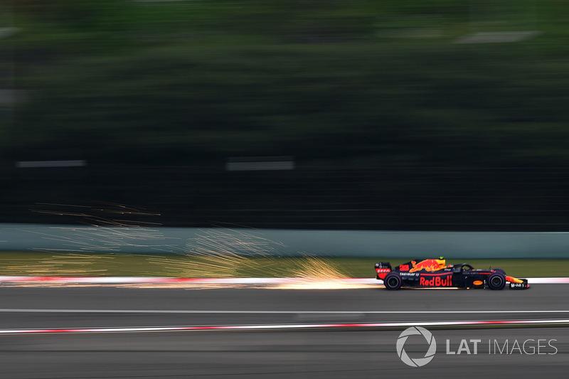 Max Verstappen, Red Bull Racing RB14 saca chispas