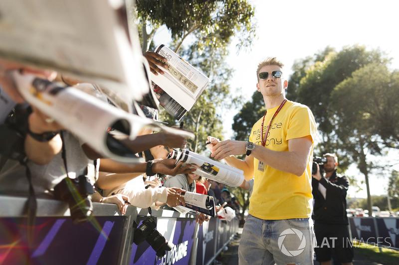 Nico Hulkenberg, Renault Sport F1 Team, firma autografi ai fan