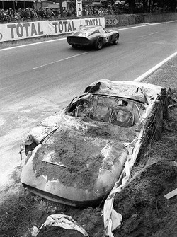 The incinerated Ferrari 250P #0812 of John Surtees and Willy Mairesse is being passed by the Ferrari 250 GTO #4293GT of Jean Beurlys and Gerard Langlois von Ophem