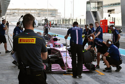 Un ingénieur Pirelli et Nikita Mazepin, Sahara Force India VJM10