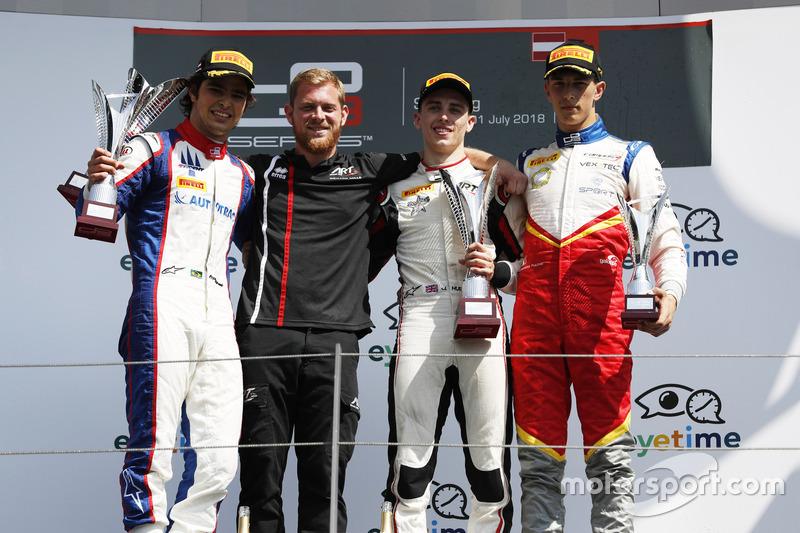 Podium : le deuxième, Pedro Piquet, Trident, le vainqueur Jake Hughes, ART Grand Prix, le troisième, Leonardo Pulcini, Campos Racing