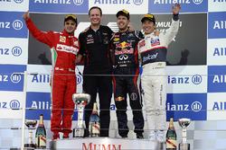 Подиум: Фелипе Масса, Ferrari, Пол Монаган, главный инженер Red Bull Racing, Себастьян Феттель, Red Bull Racing, Камуи Кобаяши, Sauber